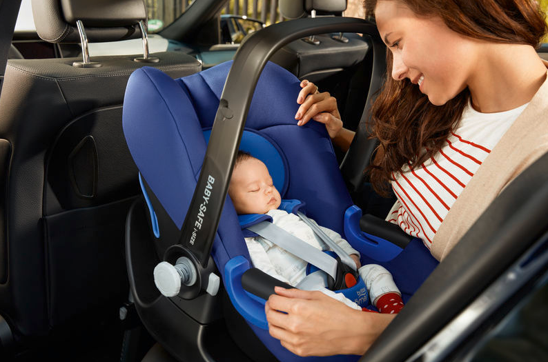I-size Babyschale blau eingebaut