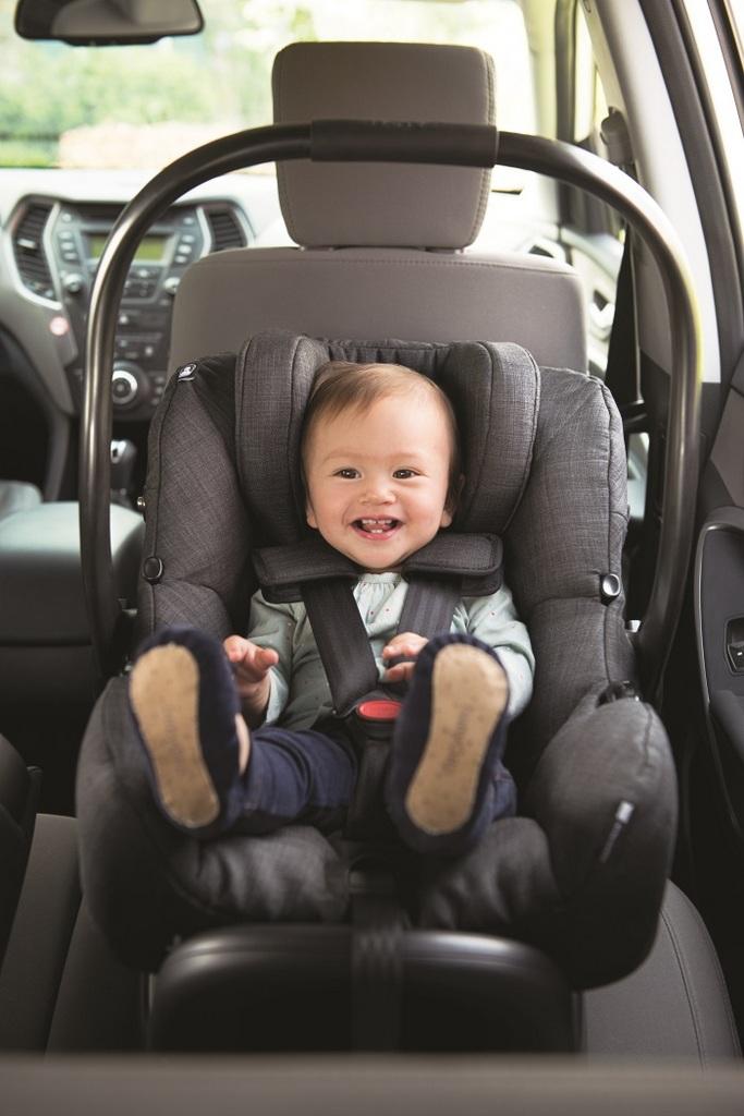 Joie Babyschale Front mit Kind Auto