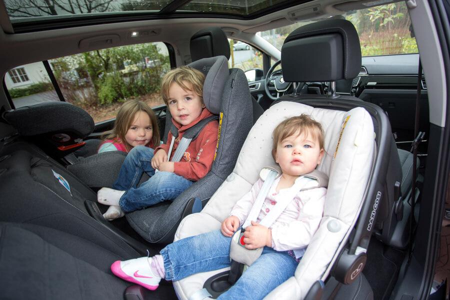 drei Kinder in einem Auto