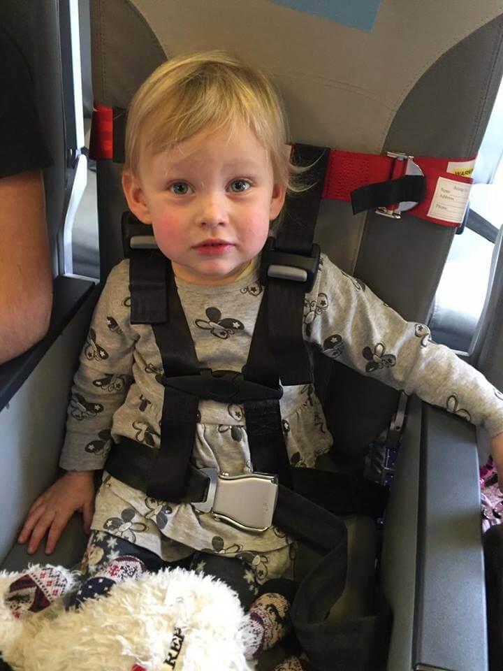 Kinder im Flugzeug sichern Cares Gurte