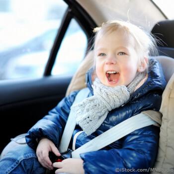 Kindersitzprofis-Kind-angeschnallt-auf Rückbank-mit-dicker-winterkleidung