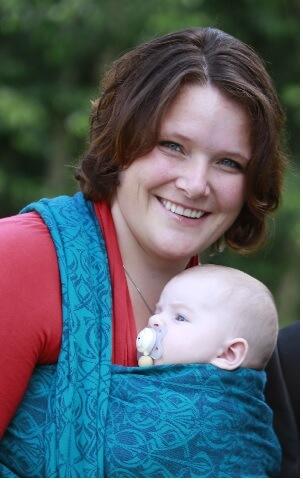 Reboardermama mit Baby im Tragetuch