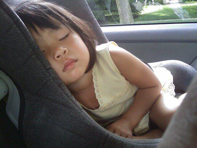 kinder-schlafen-im-auto-so-bitte-nicht