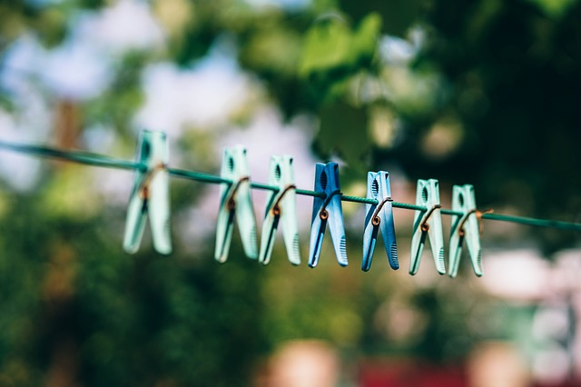 Von der Sonneneinstrahlung beschädigte Wäscheklammern aus Plastik