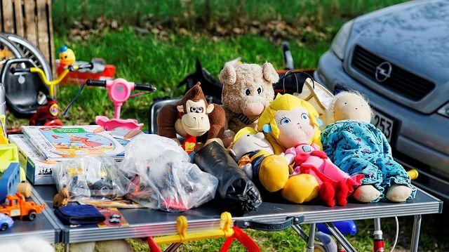 Verkaufsstand mit Kindersachen auf dem Flohmarkt
