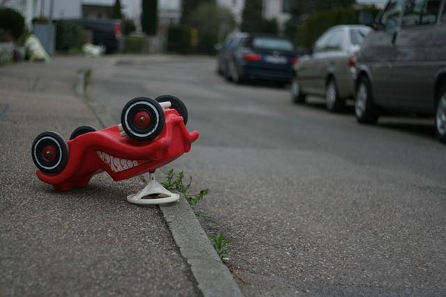Rotes Bobby Car-Rutschauto nach Unfall