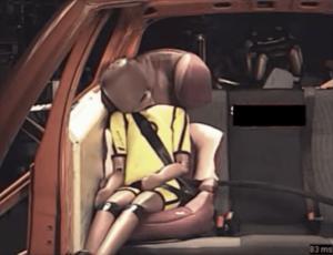 ADAC-Crashtest zeigt die Unfallauswirkungen auf einen Kinderkörper im Kindersitz mit Rückenlehne