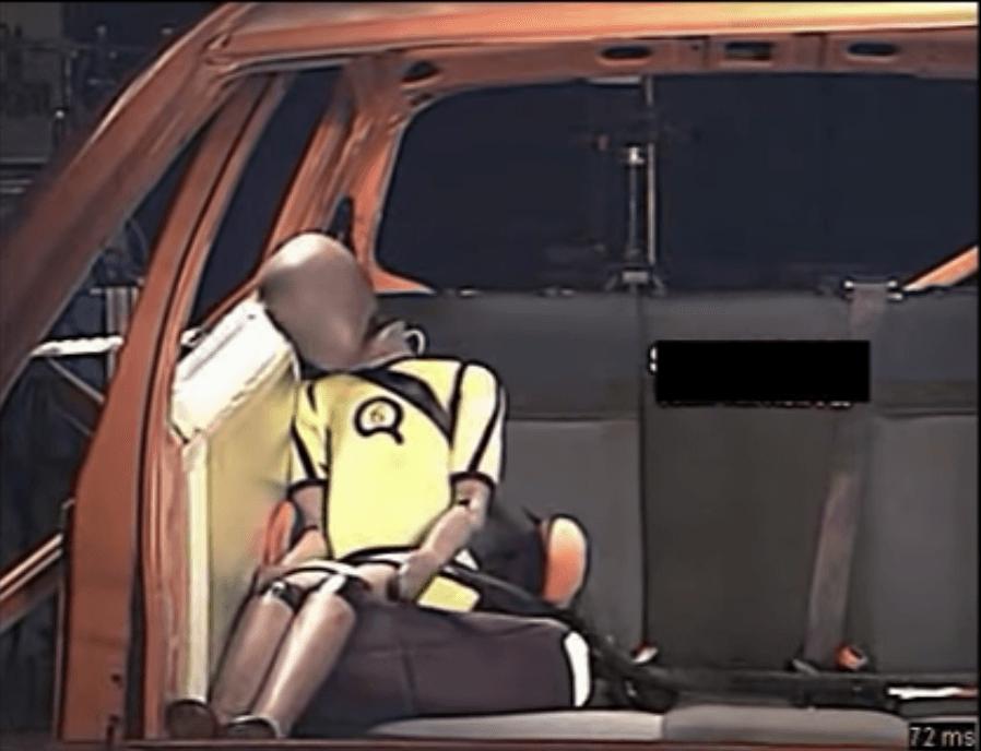 ADAC-Crashtest zeigt die Unfallauswirkungen auf einen Kinderkörper auf einer Sitzerhöhung ohne Rückenlehne