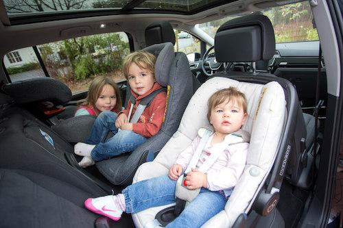 Drei Kindersitze nebeneinander auf der Rückbank eines PKW