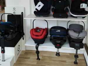 Babyschalen mit Stützfuß im Regal aufgestellt